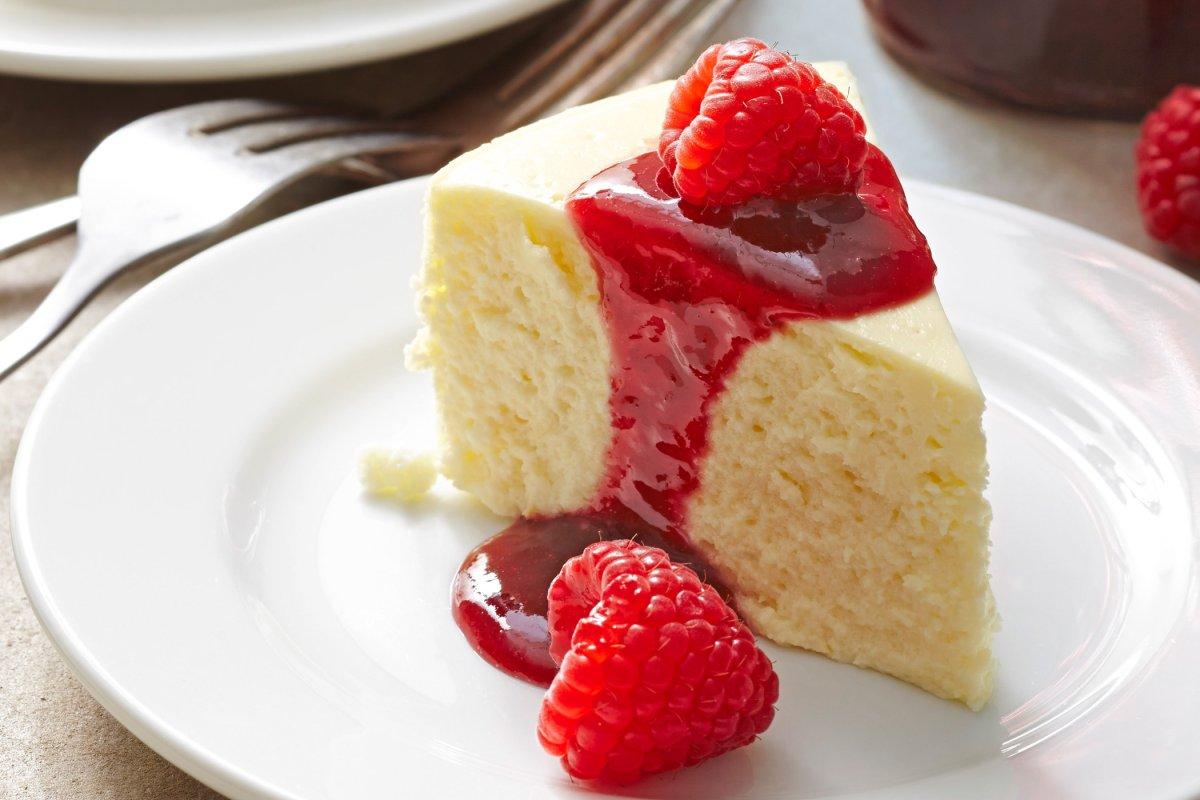 Zitronen-Cheesecake mit Himbeeren für den Sommer