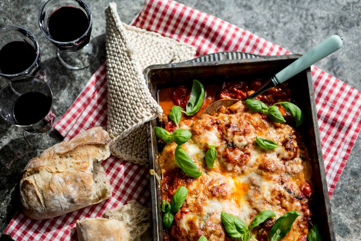 Hähnchen Parmigiana mit Tomaten und Basilikum