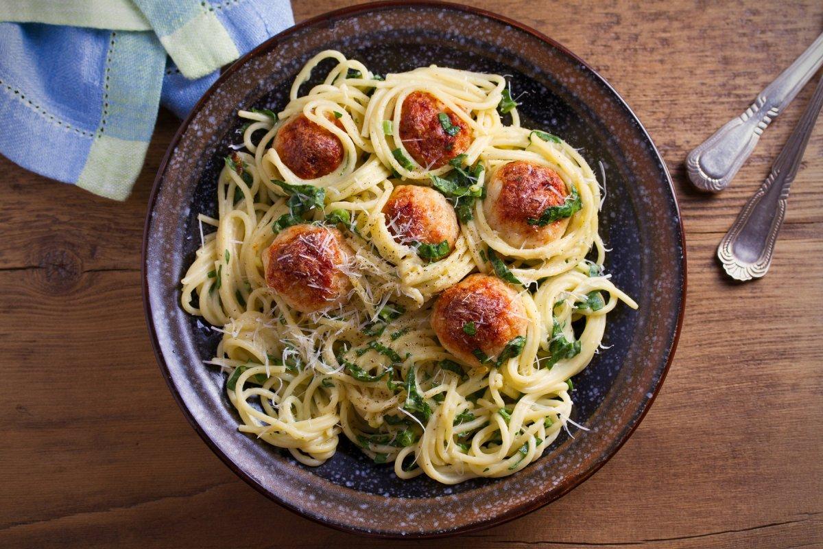 Spaghetti mit Hackbällchen und Spinat
