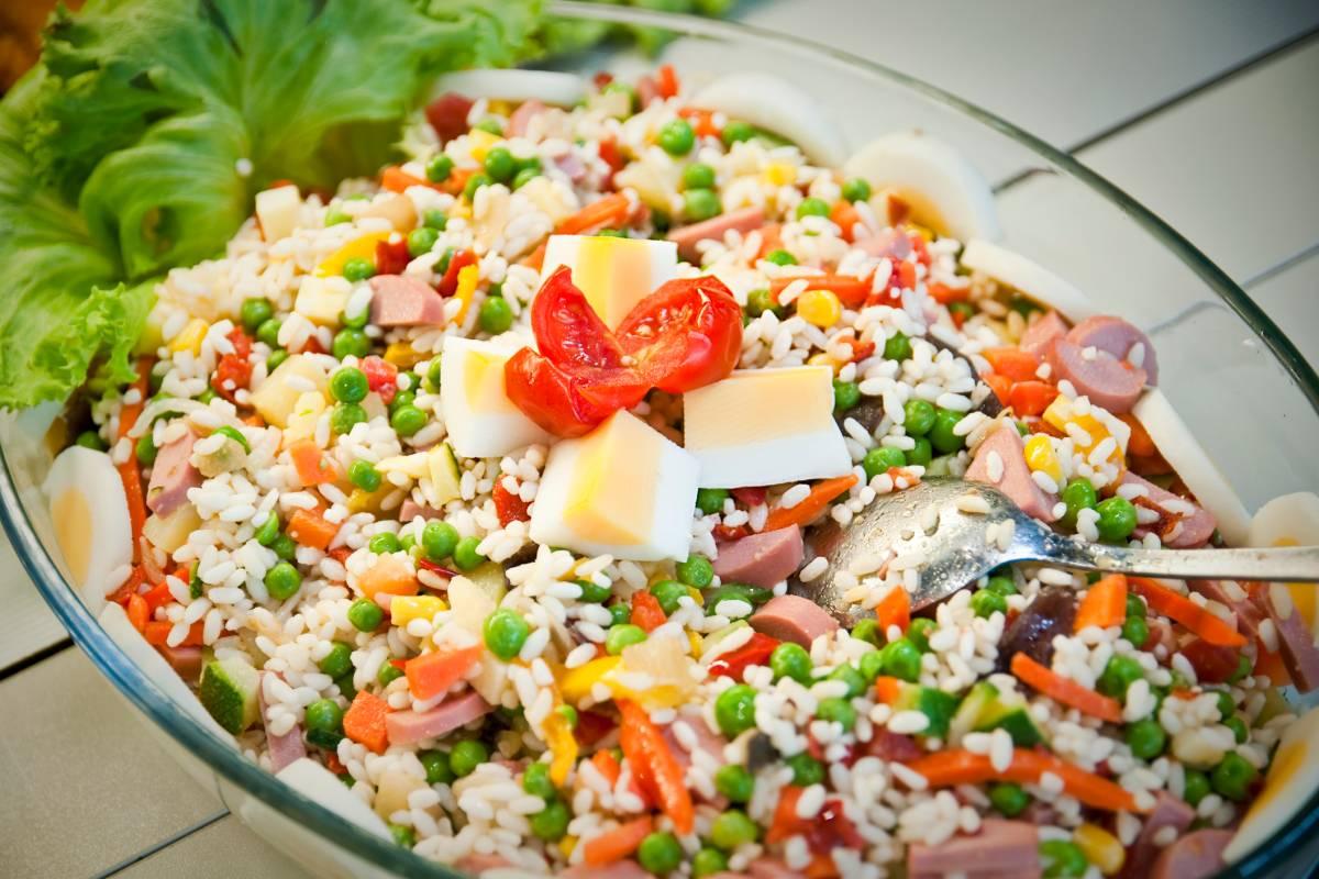 Reissalat mit Wuerstchen
