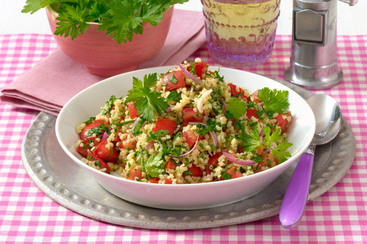 Petersilien-Bulgur-Salat mit Tomaten und roten Zwiebeln