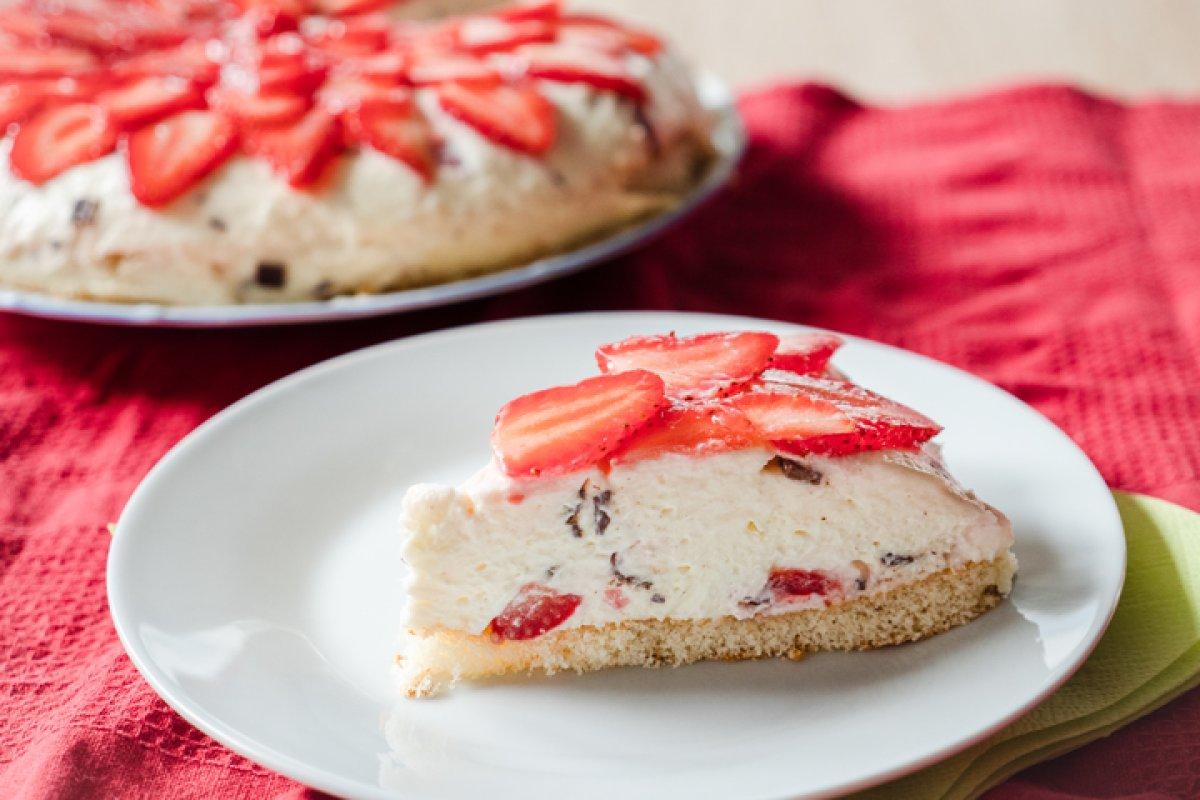 Stracciatella-Schüttelkuchen mit Erdbeeren