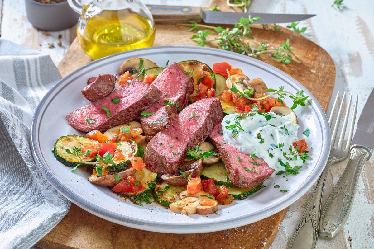 Steak auf Mittelmeer-Gemüse