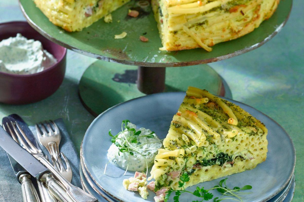 Makkaroni-Torte mit Schinken und Spinat