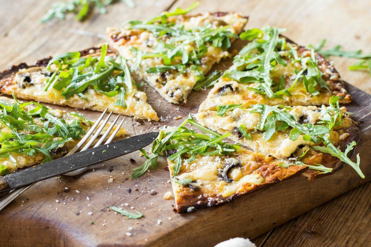 Veganer Flammkuchen: Rezept mit Rucola und Pilzen