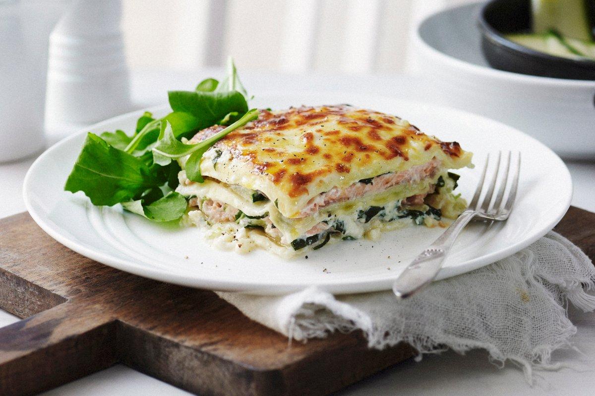 Einfaches Rezept für ausgefallene Lachs-Lasagne mit Zucchini