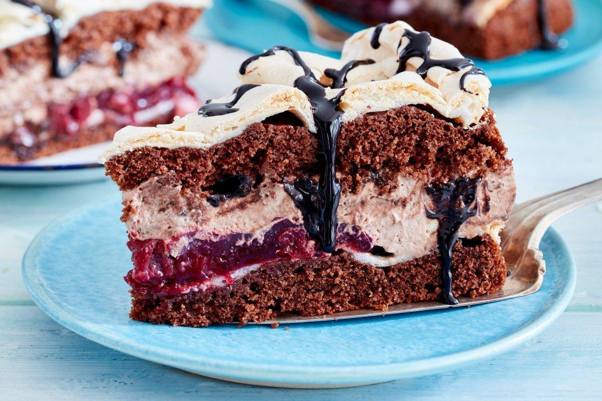 Schneemousse–Torte: Rezept mit Kirschen