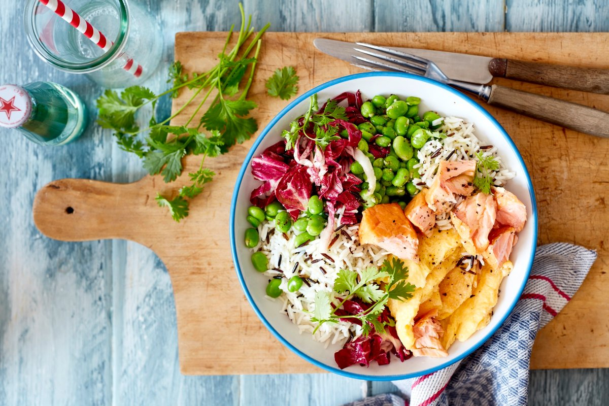 Lachs-Bowl mit Bohnen, Reis und Omelett