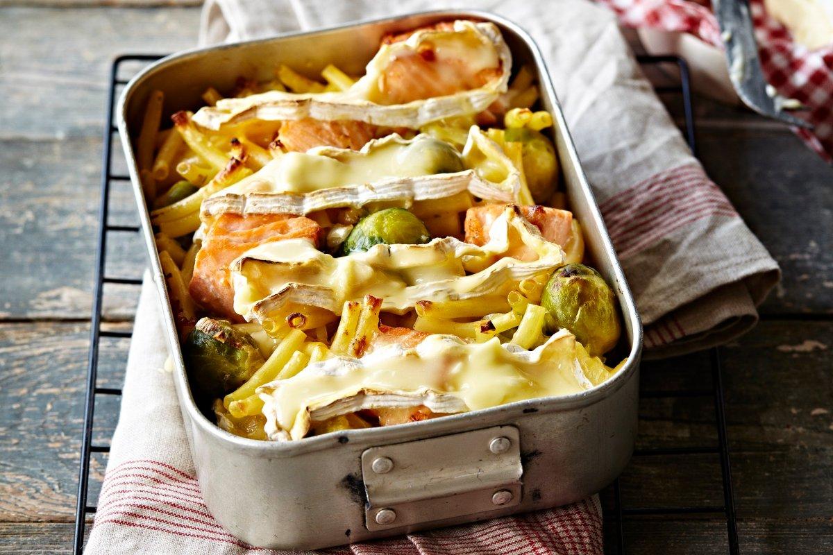 Makkaroni-Auflauf mit Lachs, Camembert und Rosenkohl