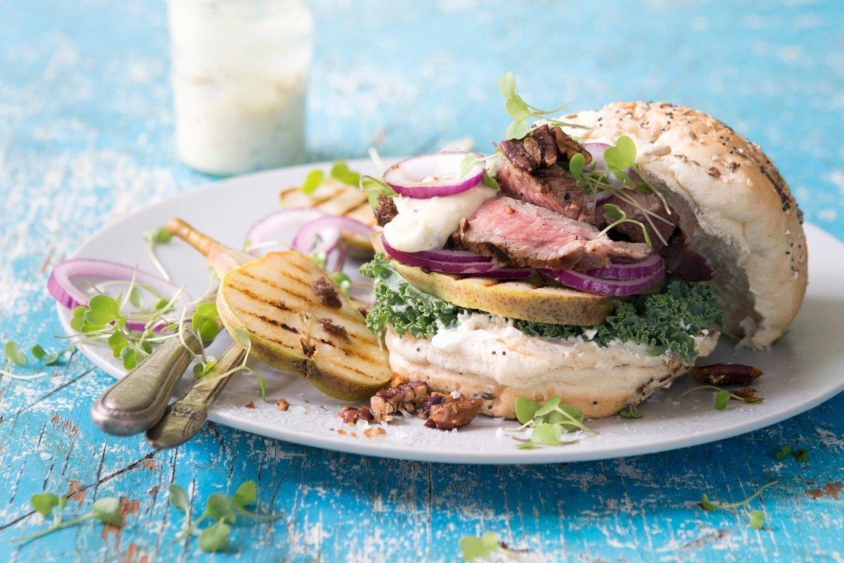Rumpsteak-Burger mit gegrillter Birne: Edel und ausgefallen