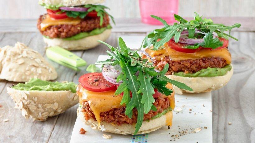 Vegetarische Soja-Burger mit selbst gemachten Brötchen