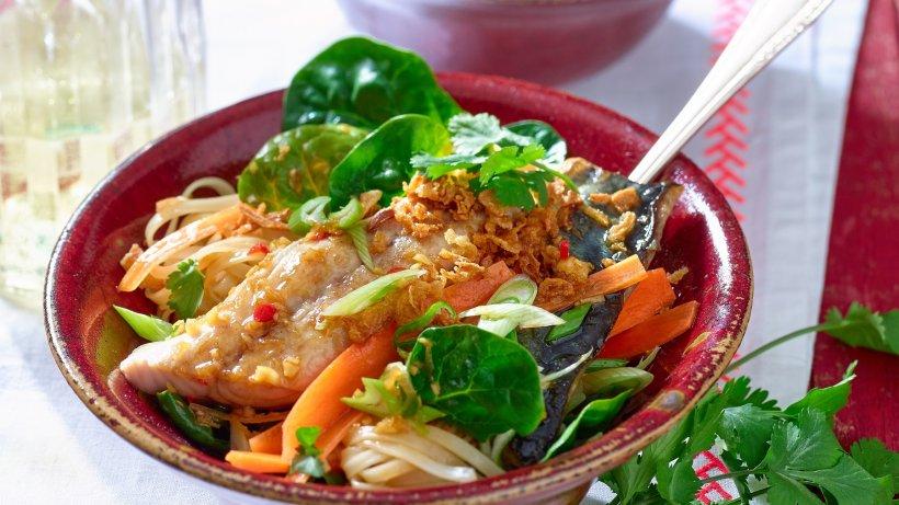 Exotische Reisnudel-Bowl mit kross gebratenen Makrelenfilets