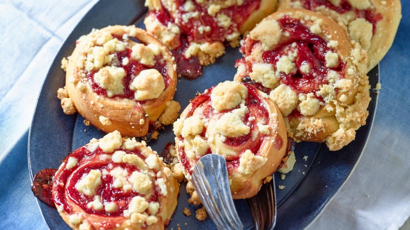 Saftige Erdbeer-Rhabarber-Schnecken mit Streuseln