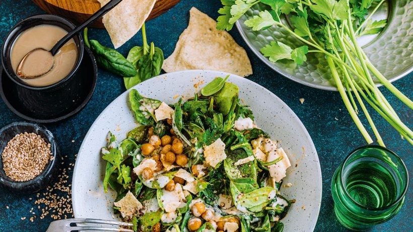 Kichererbsen-Spinat-Salat mit Tahin und Papadam
