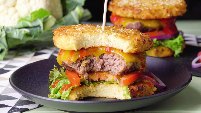 Saftiger Burger mit Blumenkohl-Bun
