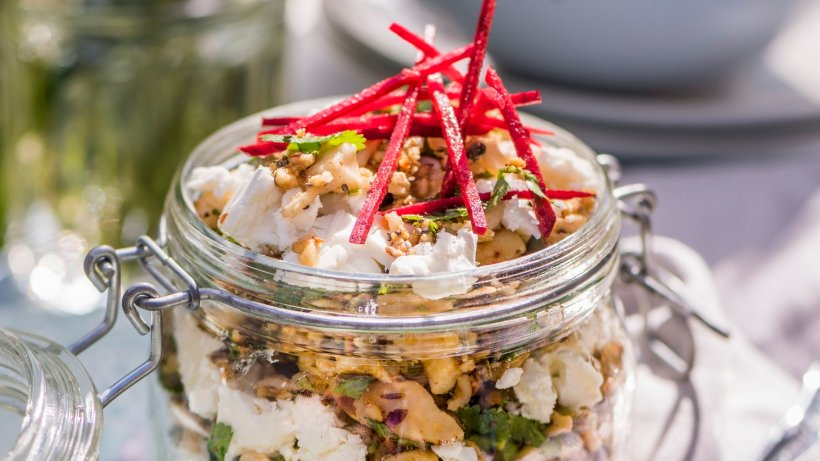 Vegetarischer Reissalat mit Nüssen und Feta