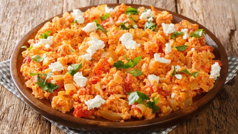SO machen die Griechen Rührei: Köstlich mit Feta und Tomaten