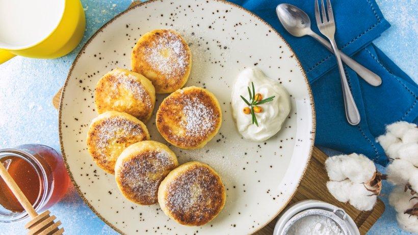 Russische Pfannkuchen: Fluffige Syrniki mit Quark