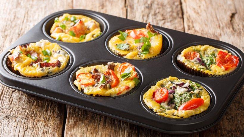 Raffinierte Frühstücksmuffins mit Spinat & Tomaten