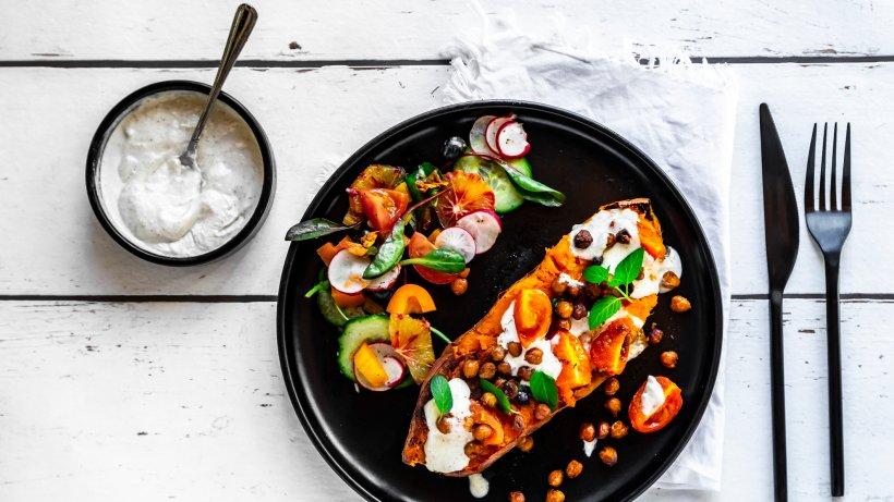 Ofenkartoffel-mal-anders-Gebackene-S-kartoffeln-mit-Orangensalat-Tahiniso-e