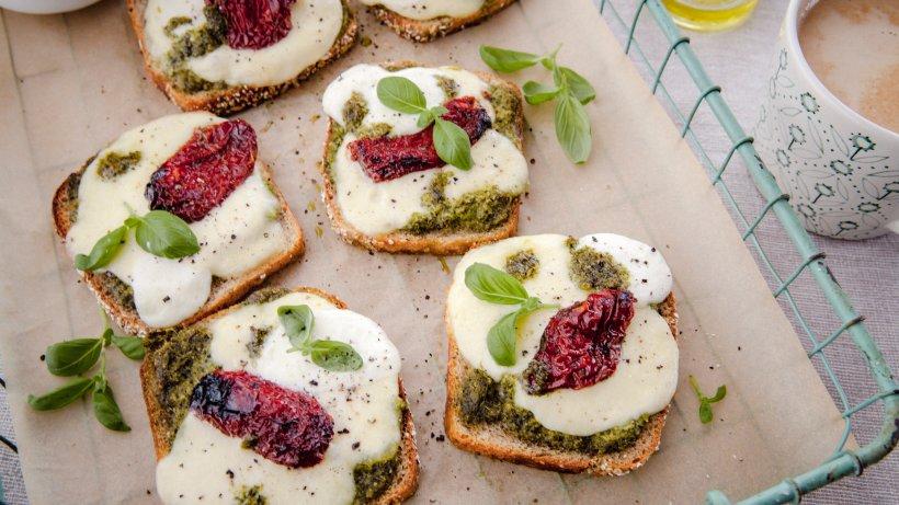 schnell-gezaubert-berbackenes-toast-mit-mozzarella-und-selbstgemachtem-pesto