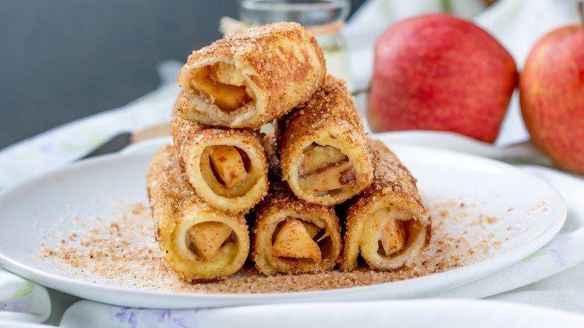 Apfel-Toast-R-llchen-S-e-Leckerei-mit-Zimt-und-Zucker