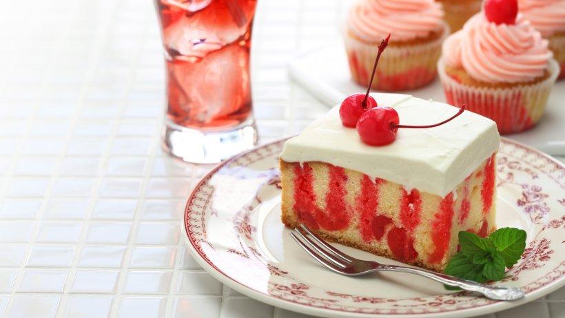 Cherry-Poke-Cake-Ein-s-er-Kuchengenuss-mit-ganz-besonderem-Muster
