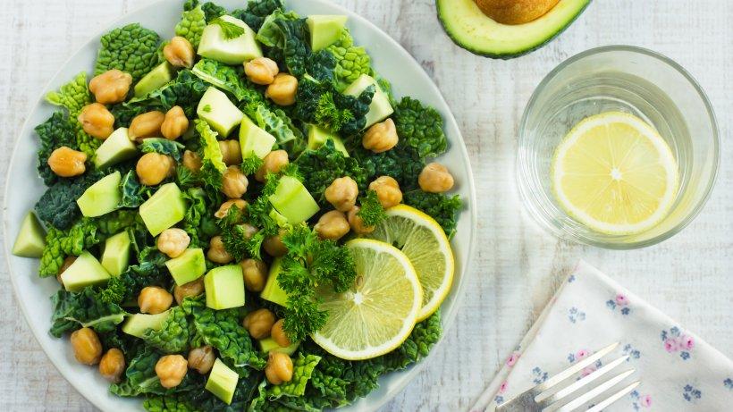 lauwarmer-wirsingsalat-mit-kichererbsen-und-avocado